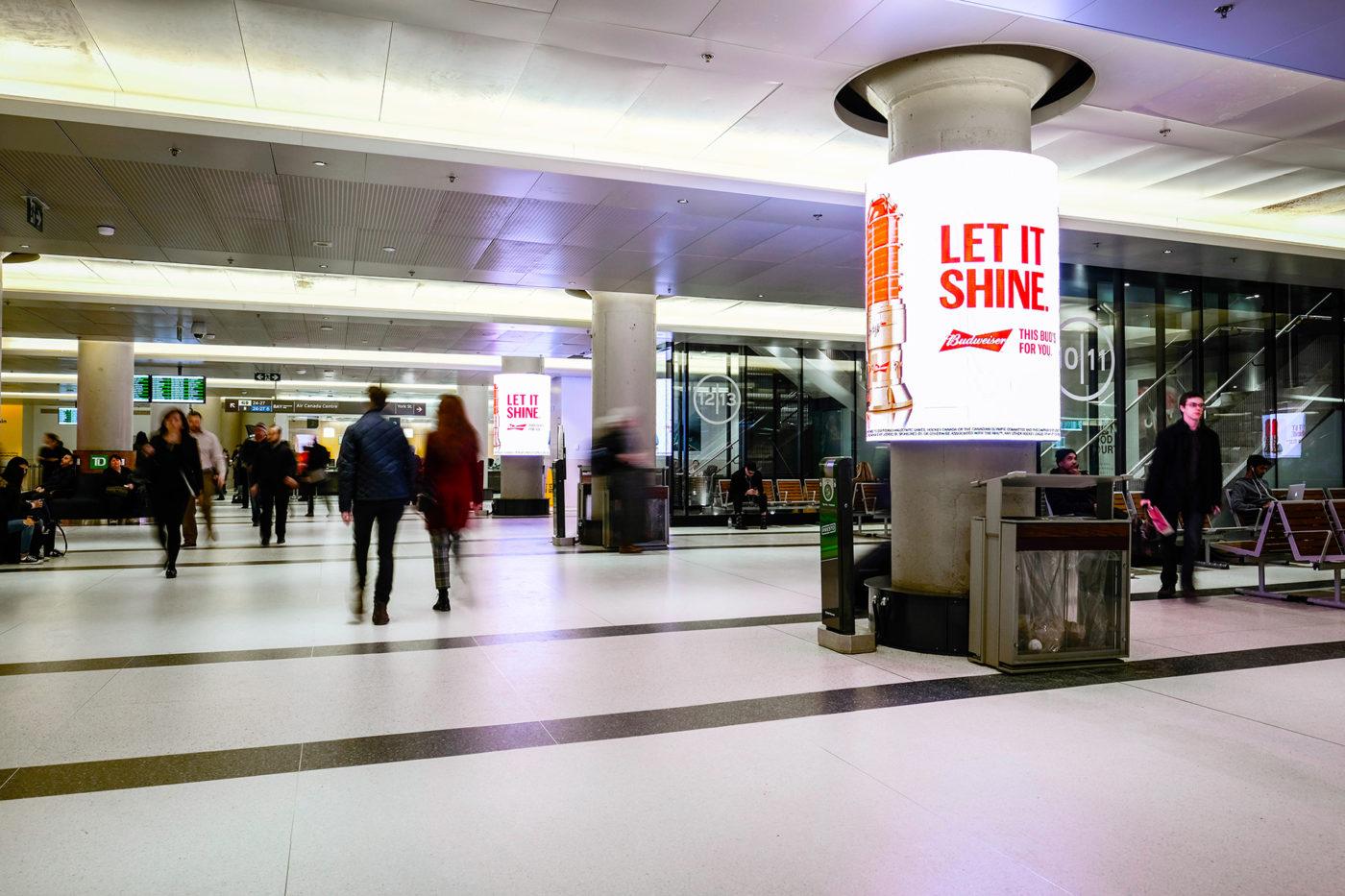 Budweiser - Let It Shine - Réseau de colonnes numériques, gare Union (Toronto, Ontario)