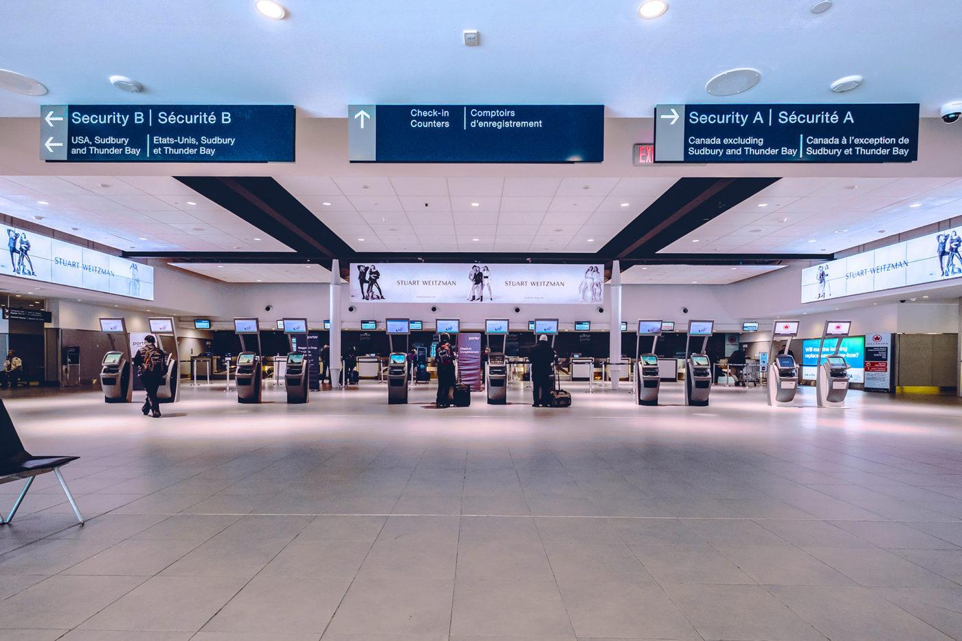 Stuart Weitzman - Aéroport Billy Bishop de Toronto– aire d'enregistrement– panneau numérique (Toronto, Ontario)